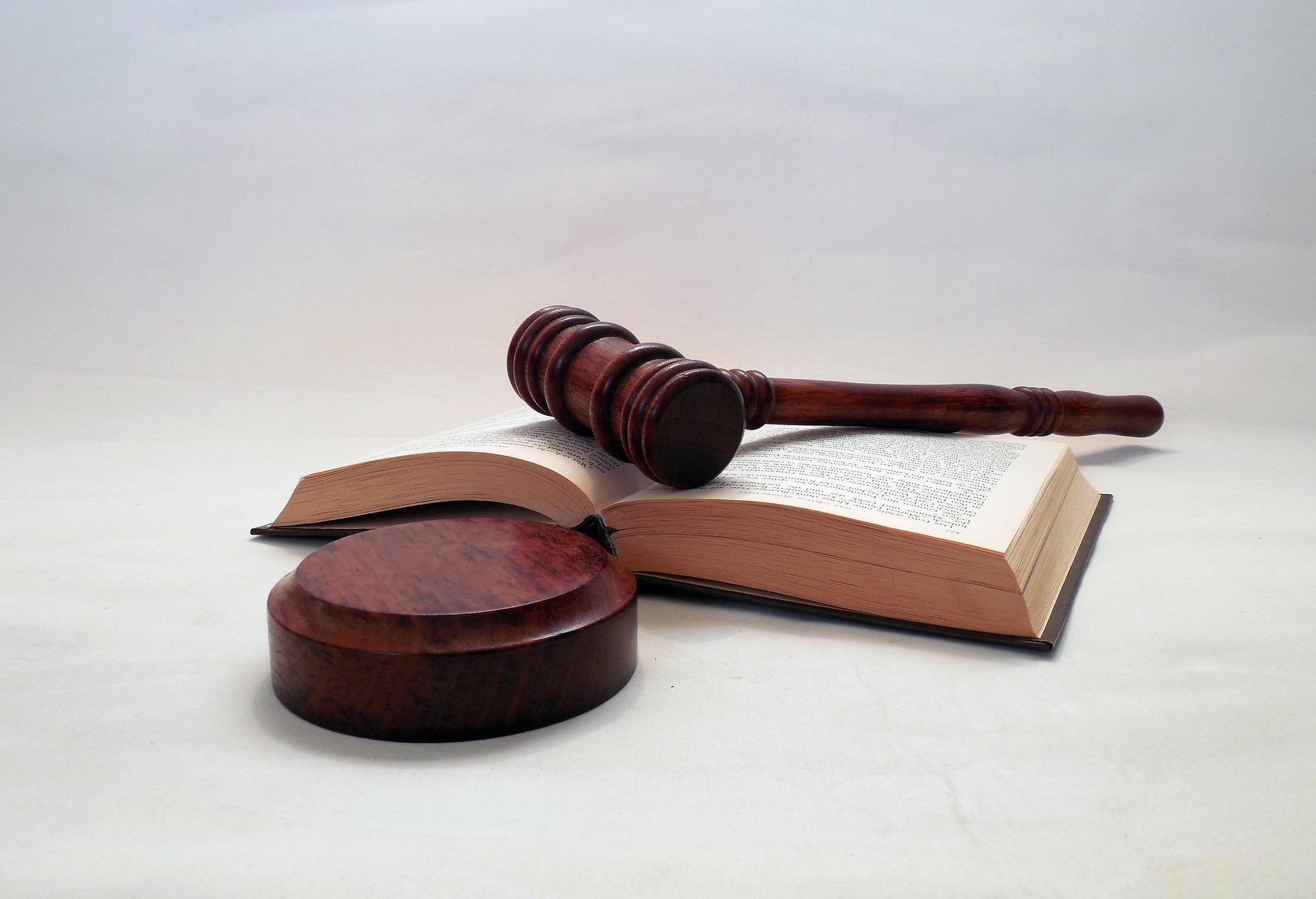 sprawa sądowa, młotek sądowy