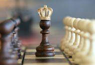 plansza szachowa, szachowy król (pionek) w mini-koronie